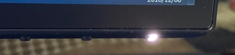 デフォルトだと使用中に電源ボタンが点灯します