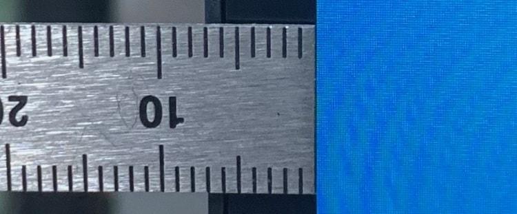 4辺すべてが超薄型フレームで7mmほど