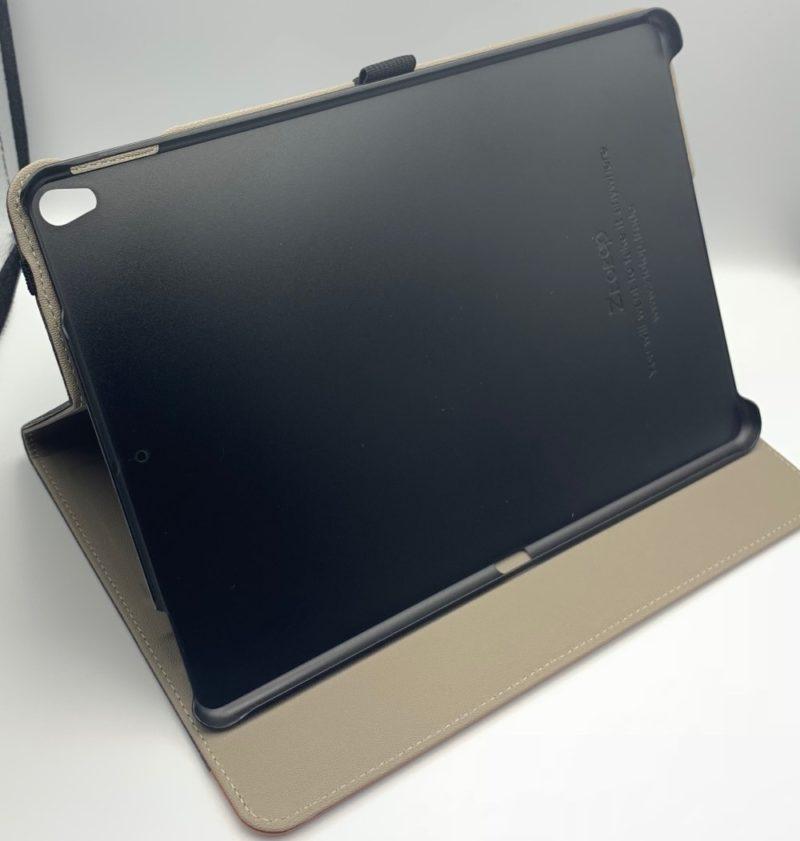 iPad をセットしない状態で立てかける