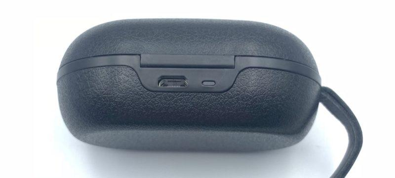 ケース背面に充電用のMicro USBケーブルを接続する端子