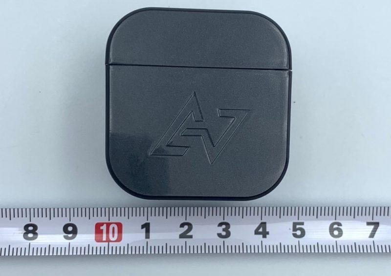 充電ケースの大きさは、 4.4cm x 4.5cm x 3.2cm