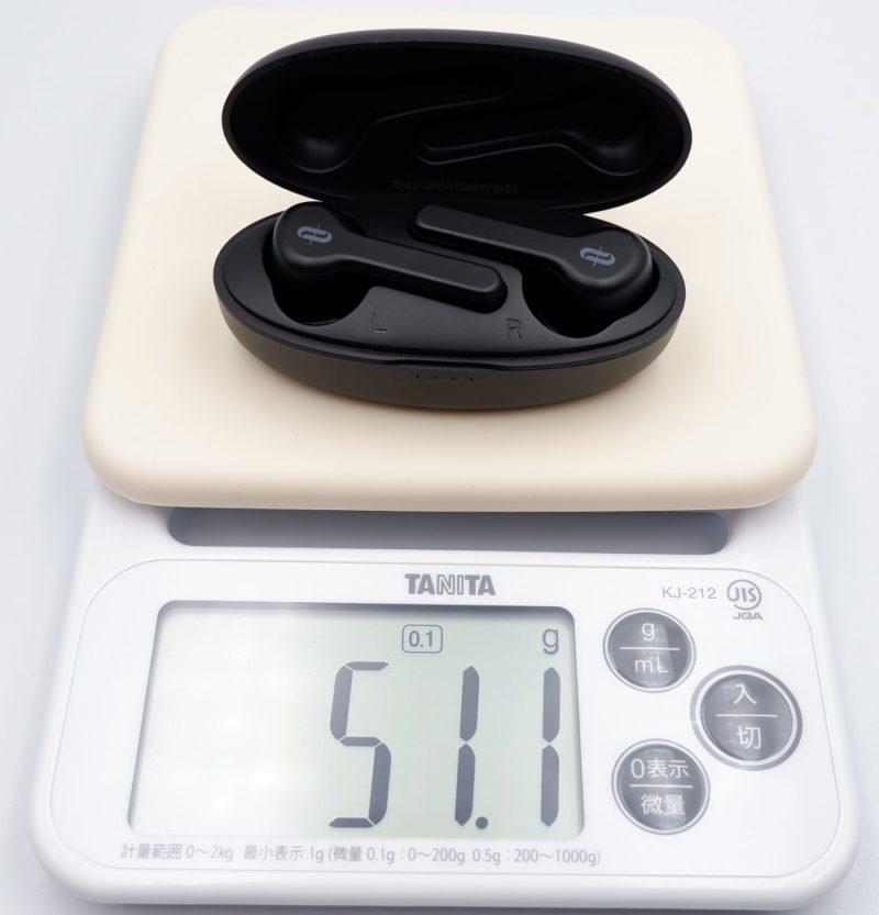 充電ケースとイヤホンを合計した重さは、約 51gです