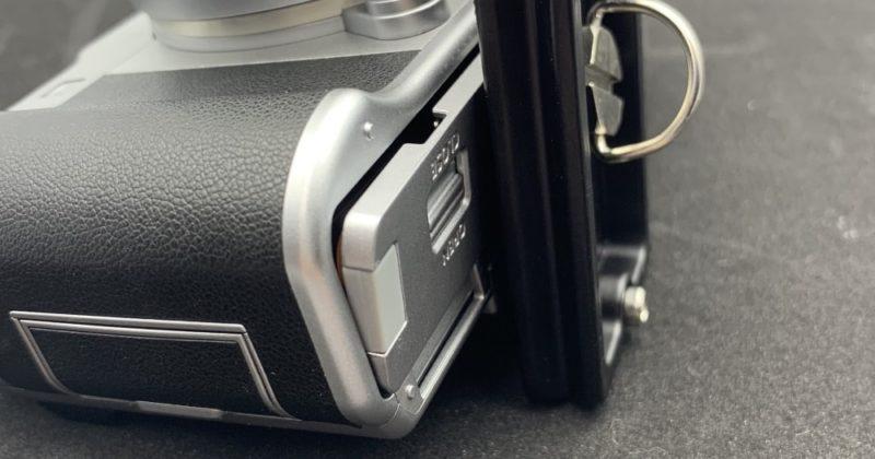 ネジ穴がバッテリーのフタに近すぎて三脚に付けたままバッテリーの交換ができない