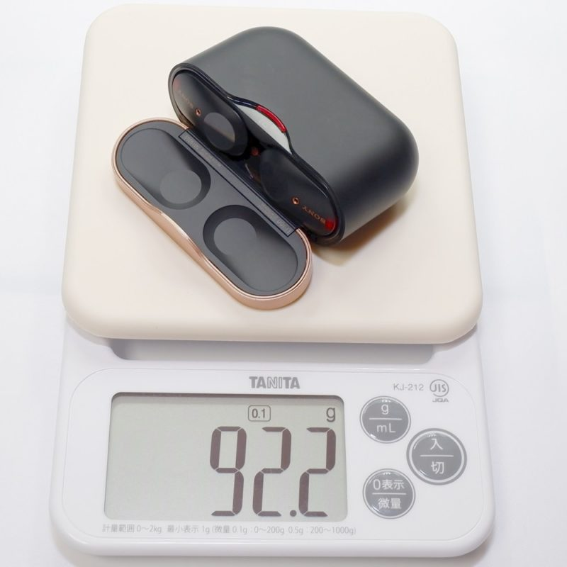 充電ケースとイヤホンを合計した重さは、約 92g