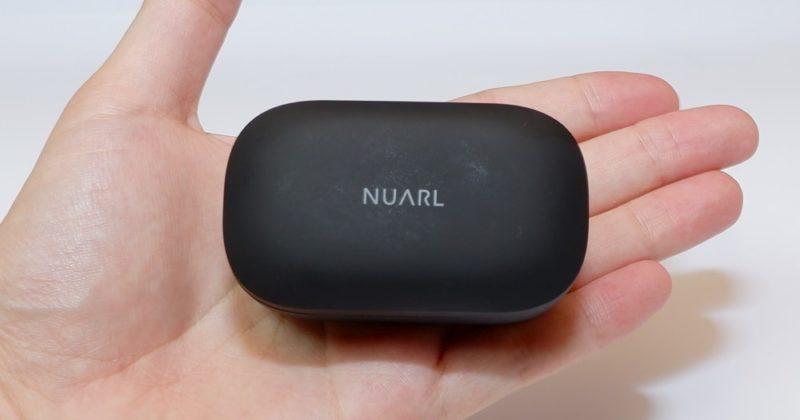 NUARL NT110の充電ケースは手のひらサイズで小型です。