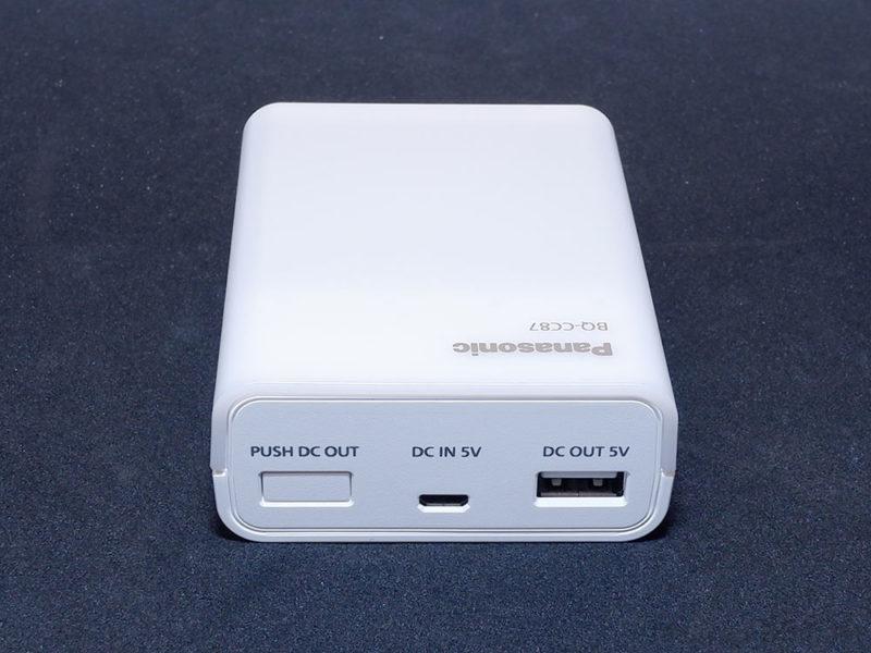 左から出力ボタン、USB入力ポート、USB出力ポートが並びます。
