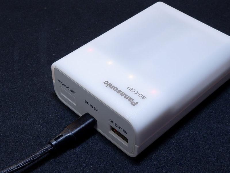 充電するには、本体の上部の真ん中にあるMicro USBポートに接続します。