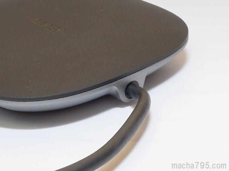 USB-Cケーブルは、本体に固定されています