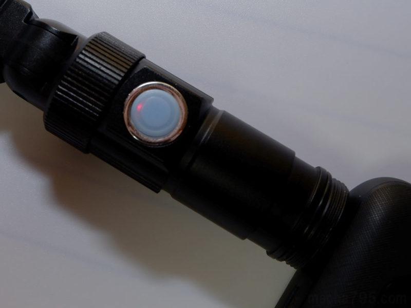 充電中はボタンの中にあるLEDが赤色にうっすら点灯します。