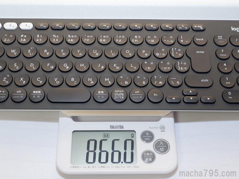 Logicool K780の重さは、電池込みで866gとけっこう重めです。
