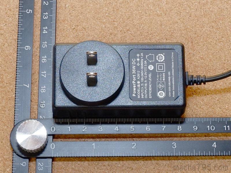 ACアダプターの大きさは、横8cm、縦4cmほどです。