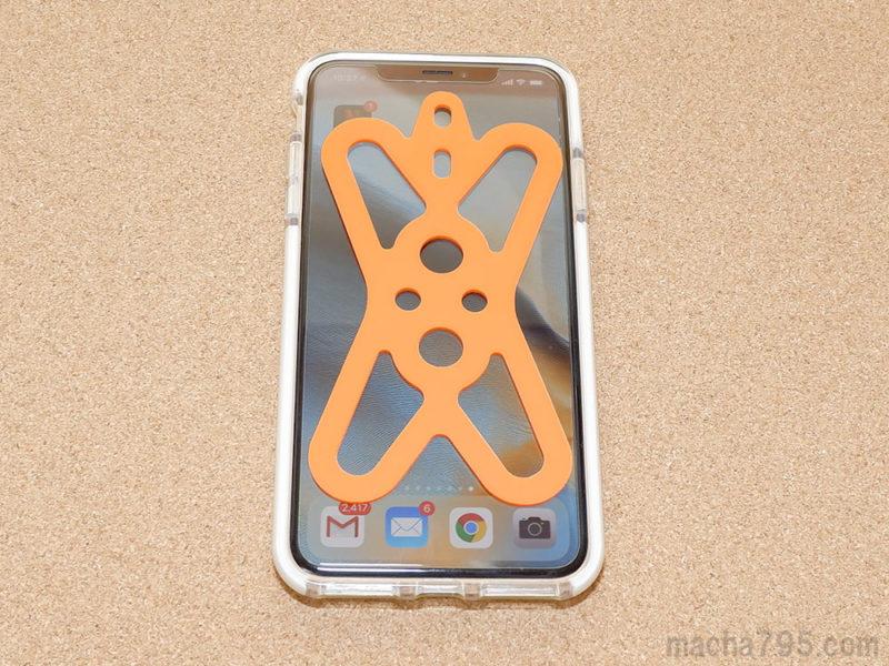 iPhone XS Maxと重ねて比べてみると、ひと回り小さいです。