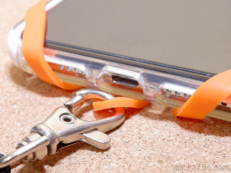 ストラップを付けても充電コネクタには影響しません。