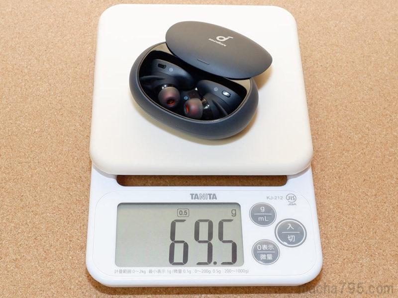 充電ケースとイヤホンを合計した重さは、約69gです。