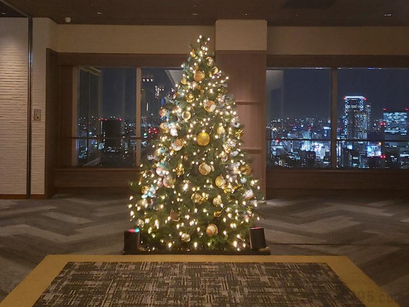 39階にも2mほどのクリスマスツリーが2つ設置されています
