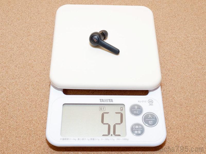イヤホンの重さは片耳1つだけでは 約5g で、両耳あわせると 約10g になります。