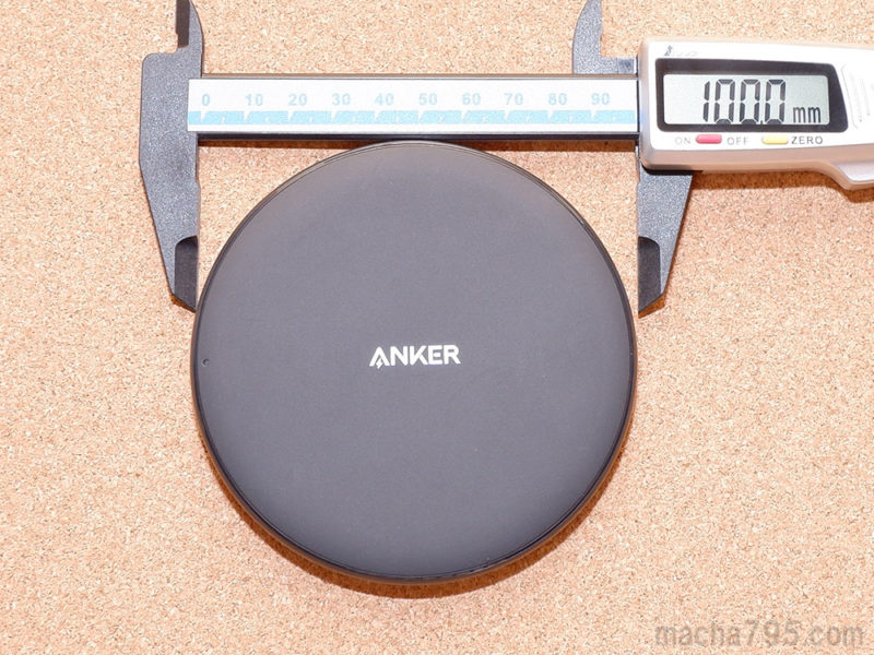 Anker PowerWave 10 Padの大きさは、10cmの円盤です。