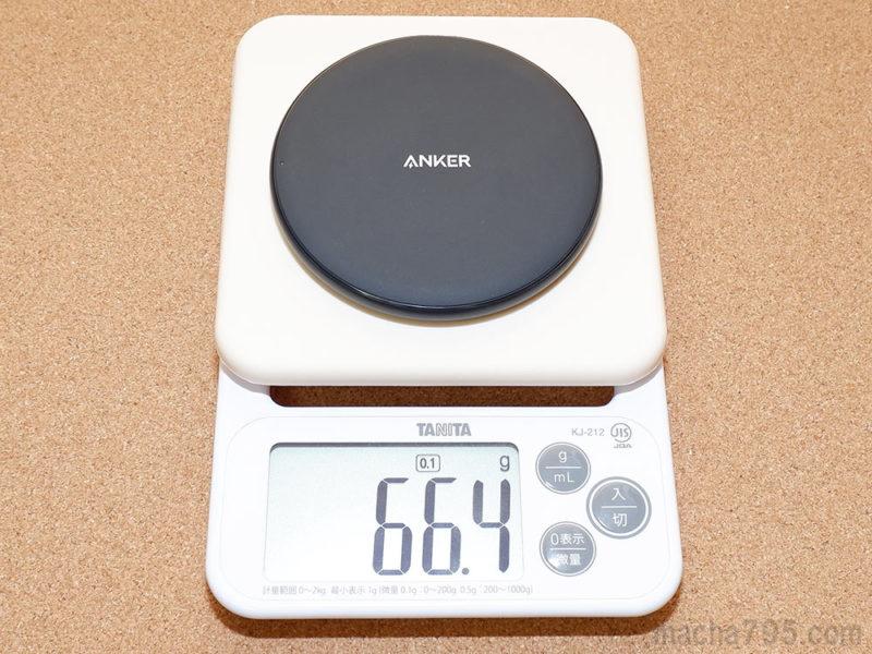 Anker PowerWave 10 Padの重さは約66gで、スマホの半分くらいです。