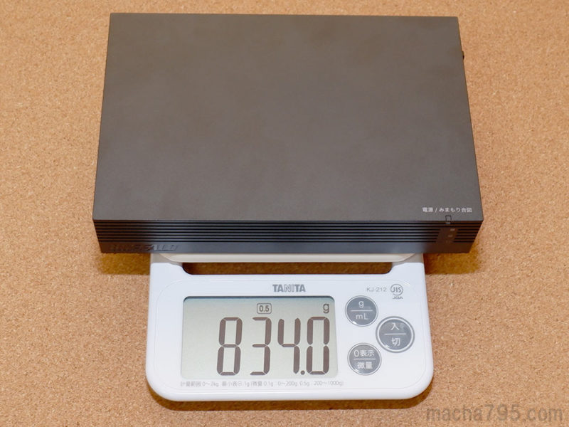 3TBモデルであるHDV-SAM3.0U3-BKAの重さは、834gと少しズッシリするくらいです。