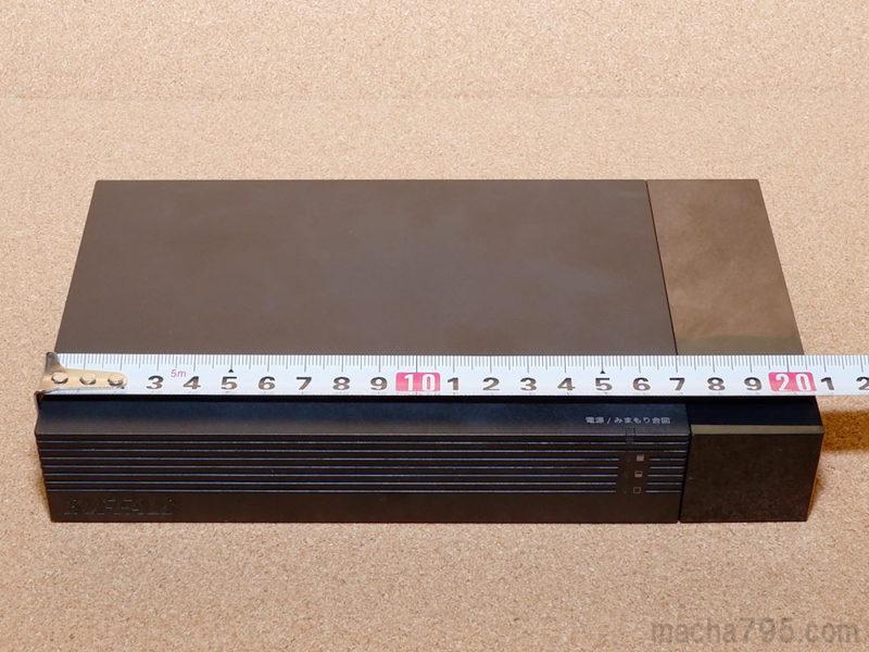 ケーブルカバーを取り付けた場合でも、横幅は約20.5cmでBlu-rayレコーダーよりも小さいです。