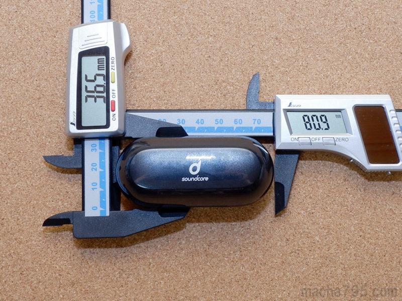 充電ケースの大きさは、 横8cm x 縦3.6cmくらいと小型サイズです。