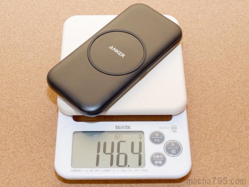 Anker PowerWave Base Padの重さは146gで、スマホくらいの重さです。