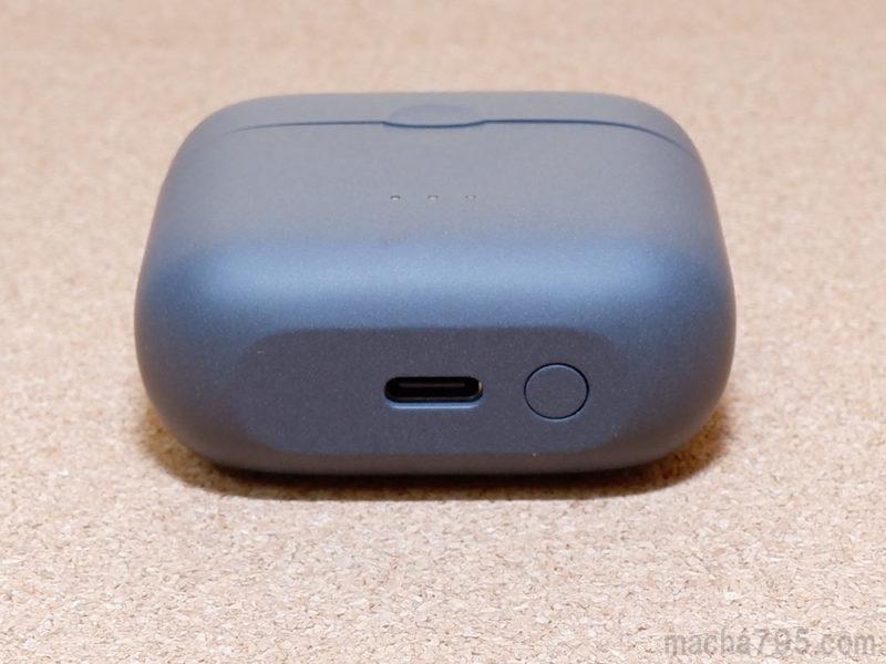 充電ケースの底は平らで、USB-Cポートとボタンが1つあります。
