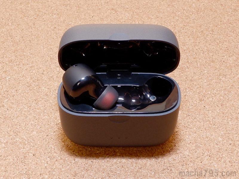 充電ケースの内側は光沢がある質感で、イヤホンを差し込むだけで充電が開始されます。