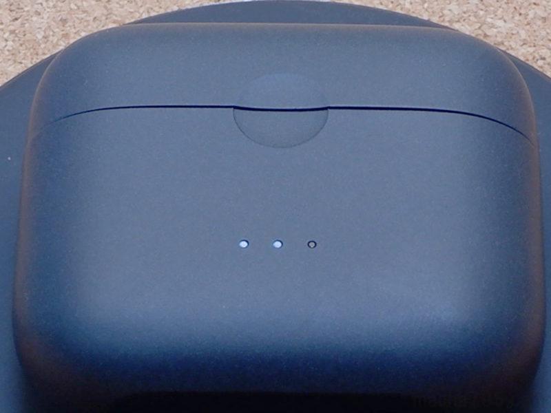 充電ケースの前面には、充電ケース自体の電池残量がわかるLEDランプが3つ並んでいます。