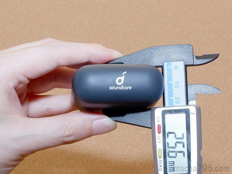 充電ケースの厚さは2.5cmほどとかなり薄い