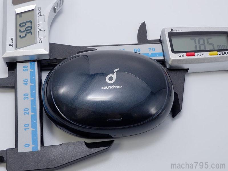 充電ケースの大きさは、横8cm・縦6cmの楕円っぽい形状