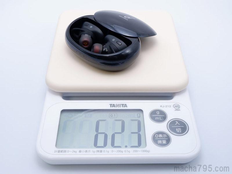 イヤホンも含めた合計の重さは、約62gです。