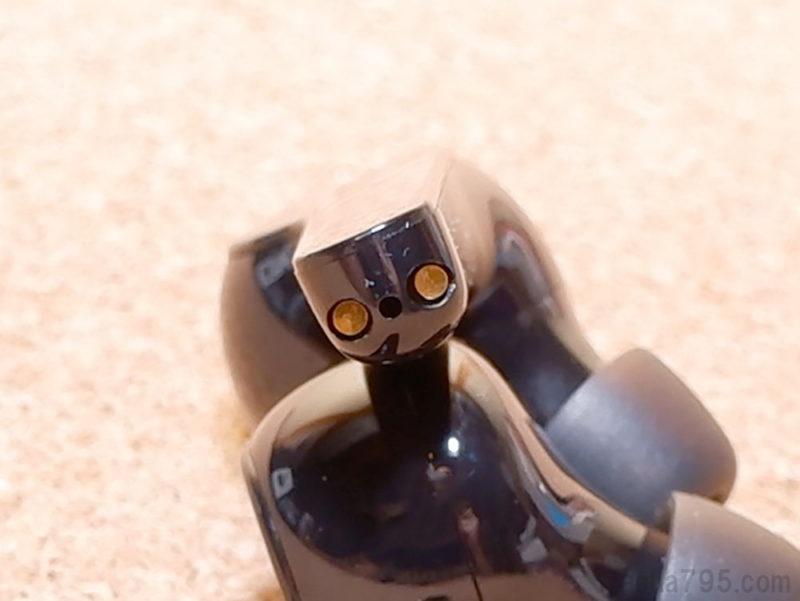 スティックの先端に充電端子があります