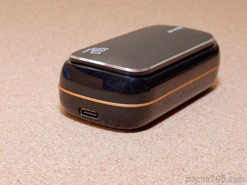 充電ケースの右側の横にUSB-C端子がある