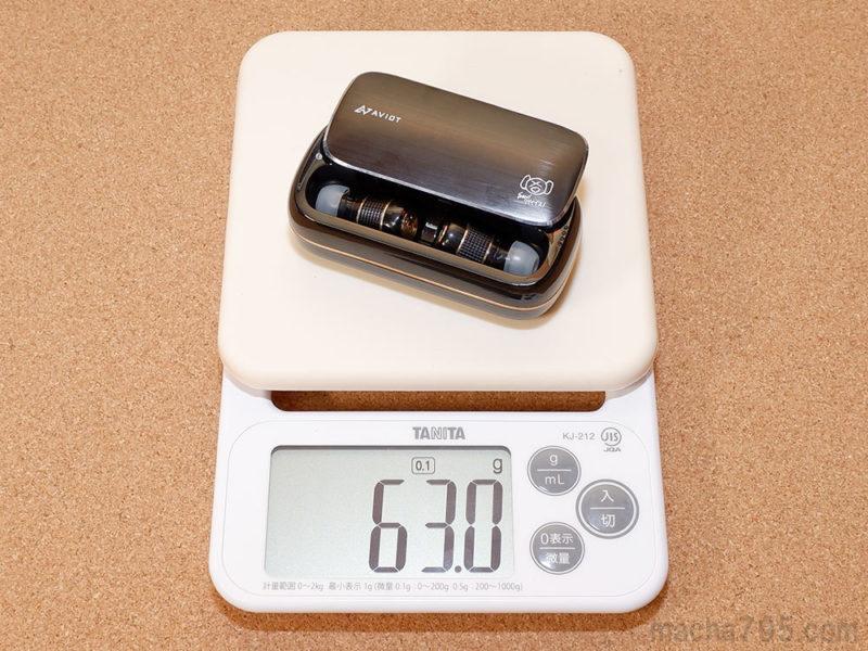 充電ケースとイヤホンを合計した重さは、約63gです。