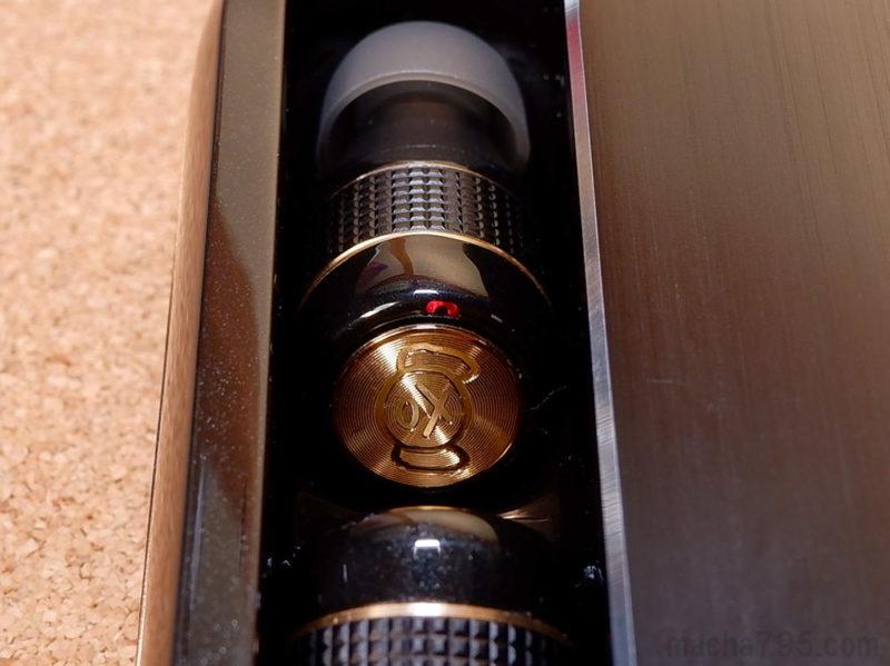 充電中は、本体のLEDランプが赤色に点灯します。