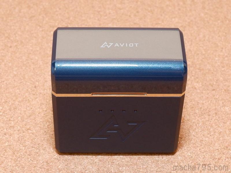 充電ケースは立方体に近い形なので、しっかりと自立します。