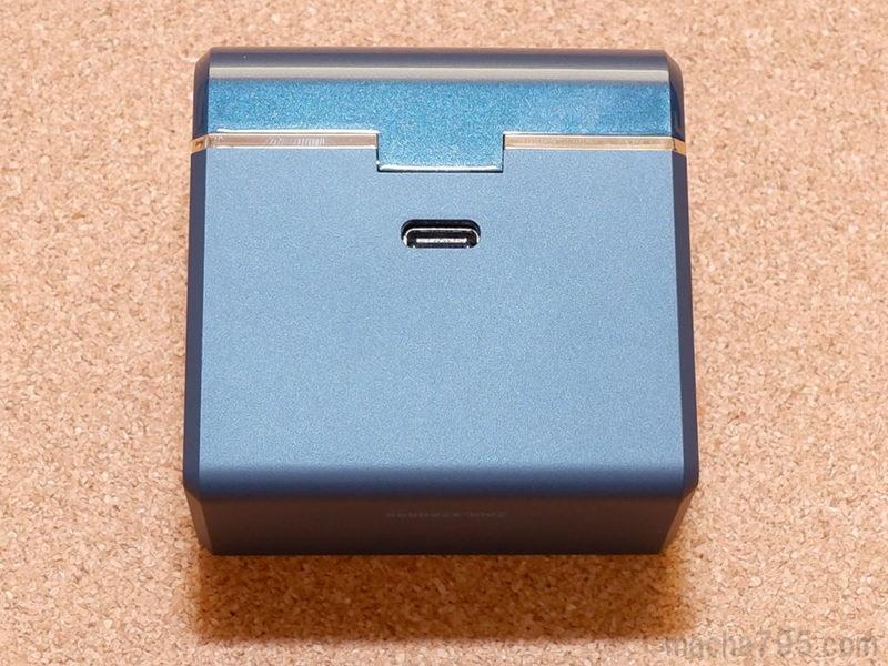ケースの裏側にはUSB-Cポートが1つあります。