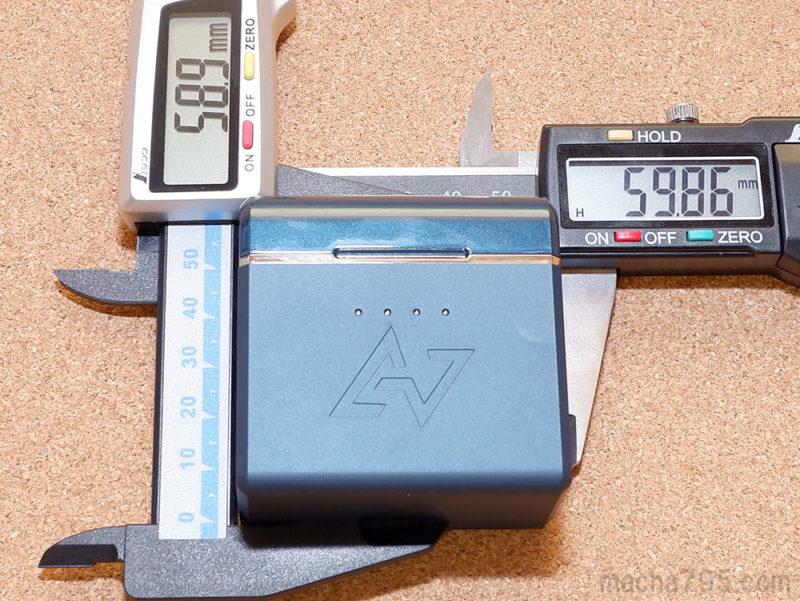 充電ケースの大きさは、横6cm・縦5.9cmの直方体っぽい形状