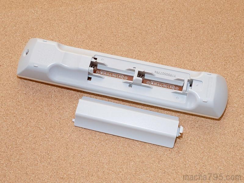 リモコンの裏にはフタがあり、単3形電池を2本セットします。