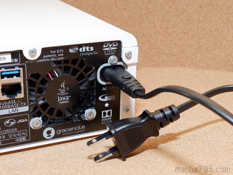 DMR-2G300の電源ケーブルは、コンセントに挿しても他のコンセント穴にふさがない