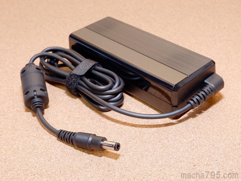 電源のACアダプターは、PC本体には丸型のプラグを差し込む方式です。