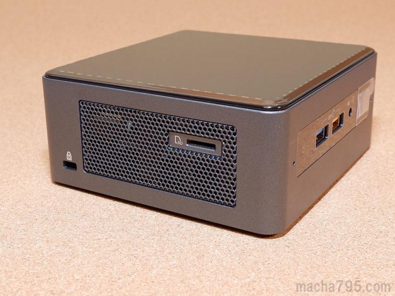 左側面には、盗難を防ぐセキュリティケーブルを接続するホールと、Micro SDカードのスロットがあります。