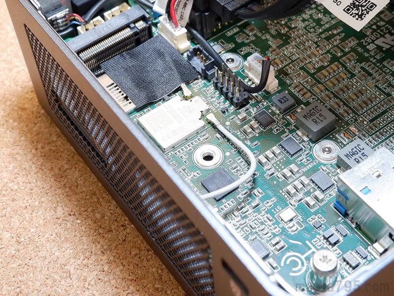 M.2 SSDは排気用メッシュに近い位置に取り付けられるようになっています。