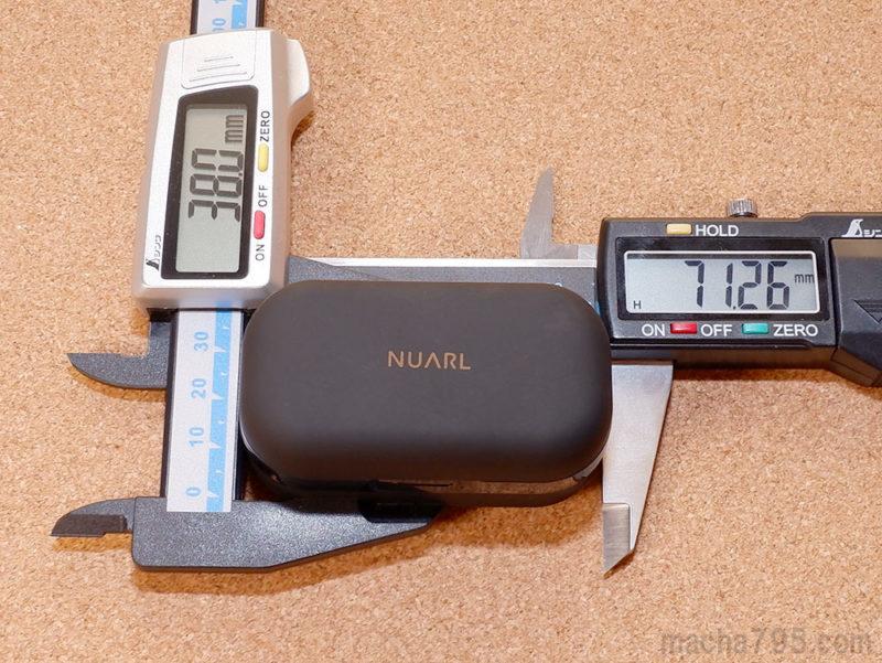 充電ケースの大きさは、横7cm・縦3.8cmで直方体っぽい形状です