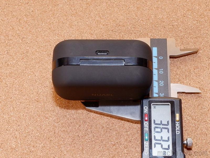 充電ケースの高さは約3.6cmです。