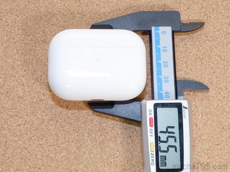 高さは約4.5cmで厚さは2.1cmほどのコンパクトサイズです。
