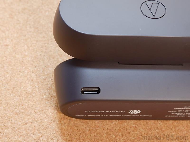 充電ケースの裏側の左下にUSB-C端子がある