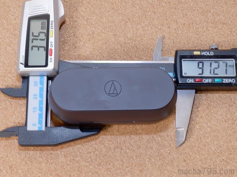 充電ケースの大きさは、横9.1cm・縦3.8cmの楕円っぽい形状