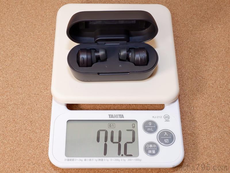 イヤホンも含めた合計の重さは、約74gです。